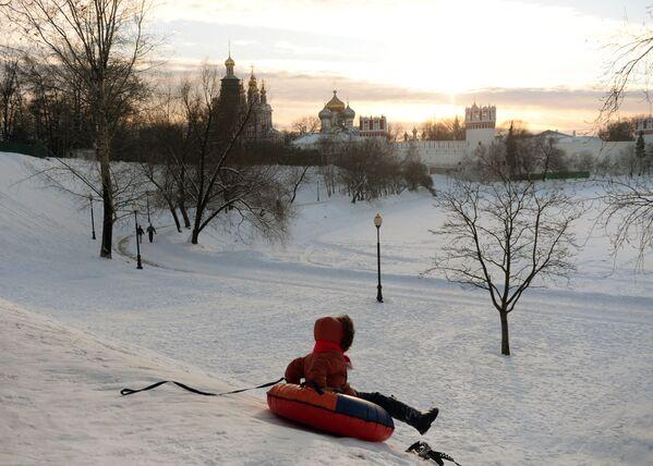 Un bambino va giù dalla montagna vicino al Monastero di Novodevichy a Mosca. - Sputnik Italia