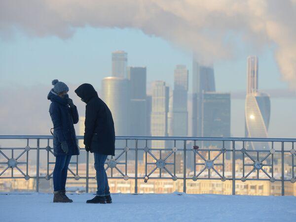 Giovani su una terrazza panoramica a Mosca. - Sputnik Italia