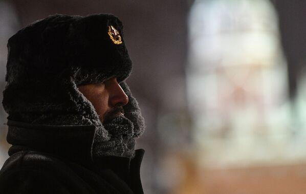 Un passante in Piazza Rossa a Mosca. - 24°C - Sputnik Italia