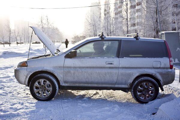 Un'auto in una via del quartiere di Zhulebino a Mosca. - Sputnik Italia