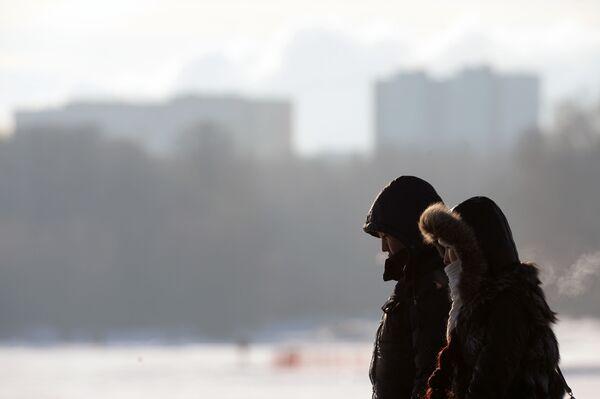 Una coppia va a spasso in una giornata gelata. - Sputnik Italia