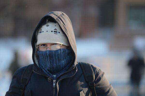 Un giovane a Mosca in una giornata fredda. - 27°C - Sputnik Italia