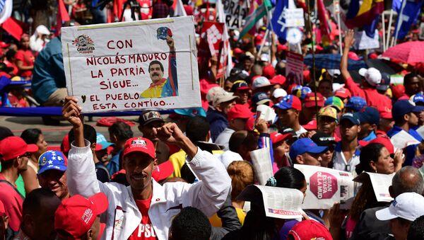 Supporters of Venezuelan president Nicolas Maduro demonstrate in the streets of Caracas on October 25, 2016 - Sputnik Italia