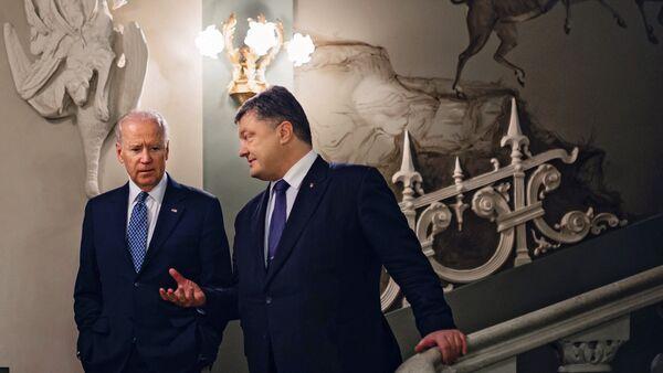 Presidente ucraino Petro Poroshenko e il vicepresidente USA Joe Biden. - Sputnik Italia