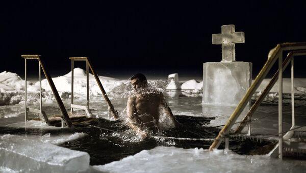 People bathe on Epiphany Day in the lake of the Valdai Our Lady of Iberia Svyatoozyorsky (Holy Lake) Monastery - Sputnik Italia