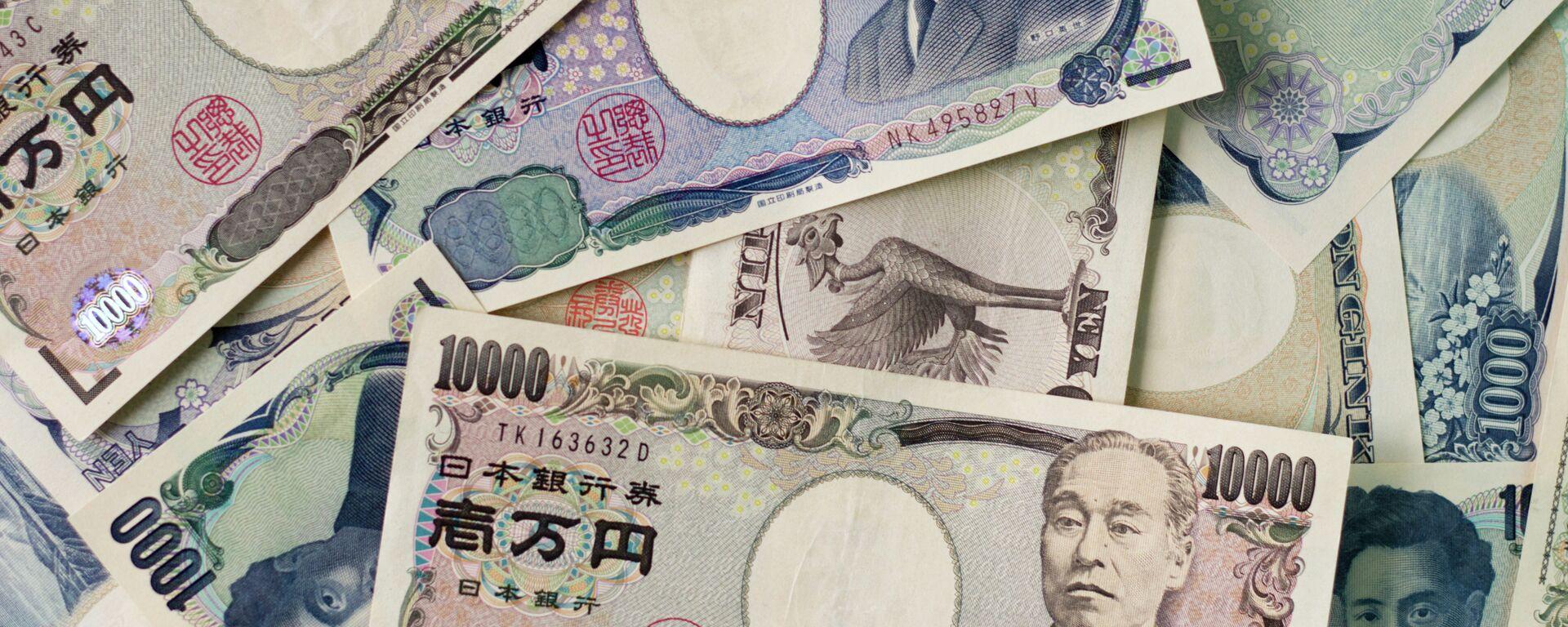 1000 yen bills and 10,000 yen bills spread out on a table. - Sputnik Italia, 1920, 25.05.2021