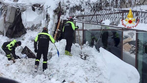 Vigili del fuoco impegnati nelle operazioni di soccorso all'Hotel Rigopiano - Sputnik Italia