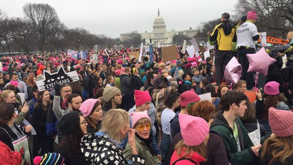 Demonstrators arrive on the National Mall in Washington, DC, for the Women's march on January 21, 2017 - Sputnik Italia