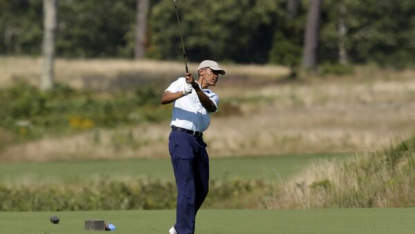 President Barack Obama watches the flight of his ball as he tees off while golfing at Vineyard Golf Club, in Edgartown, Mass - Sputnik Italia