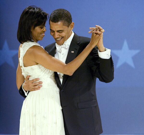 Il presidente Barack Obama balla con la first lady Michelle Obama durante il Midwestern Ball, il 20 gennaio, 2009. - Sputnik Italia