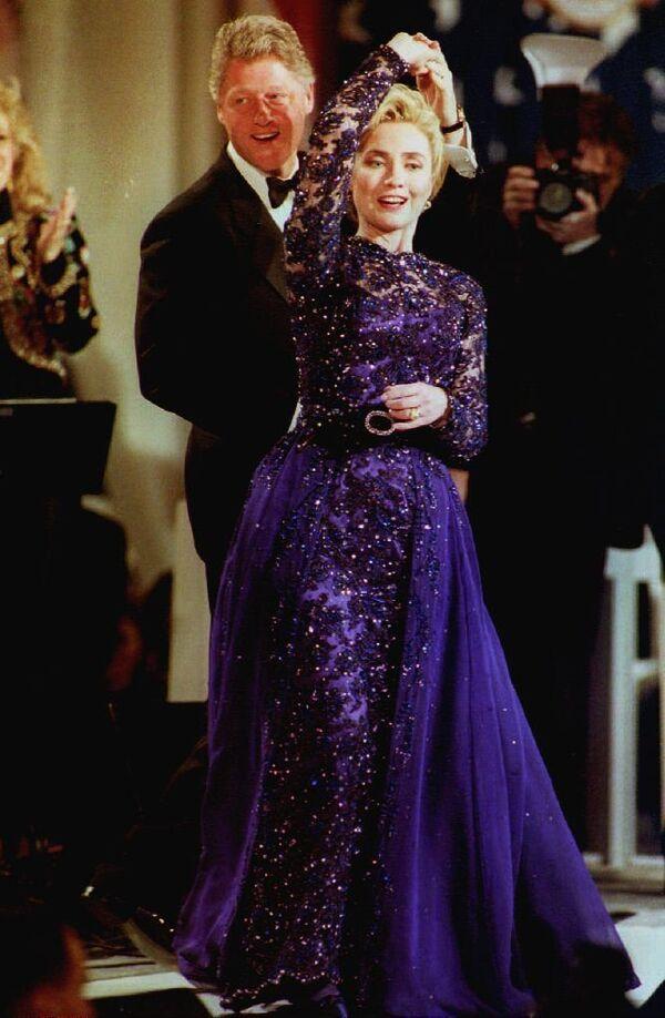 Il presidente Bill Clinton balla con la first lady Hillary Clinton durante the Arkansas inaugural ball a Washington, DC, il 20 gennaio, 1993. - Sputnik Italia