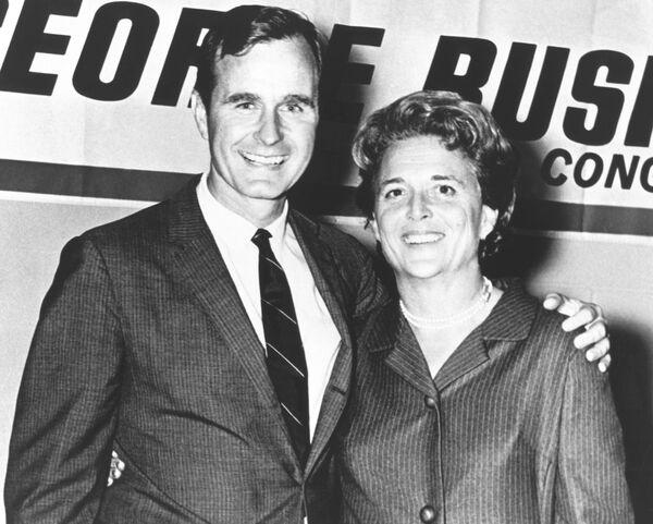 George Herbert Walker Bush con sua moglie Barbara durante la sua campagna negli anni 1960. - Sputnik Italia