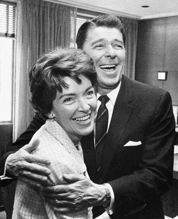 Ronald Reagan con sua moglie Nancy nel suo ufficio a Sacramento nel aprile del 1967. - Sputnik Italia