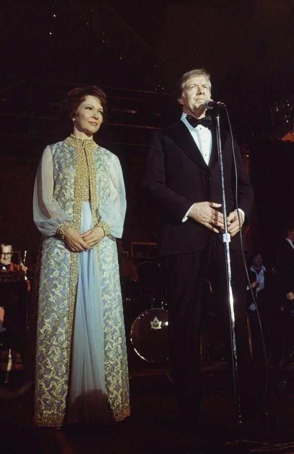 Il presidente Jimmy Carter e la first lady Rosalynn Carter alla Casa Bianca dopo l'insediamento, il 21 gennaio, 1977. - Sputnik Italia