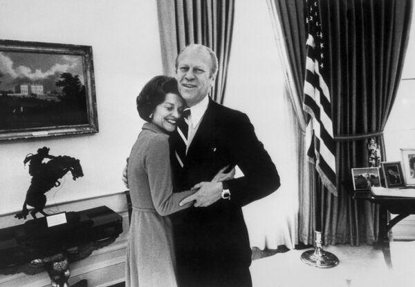 Il presidente Gerald Ford abbraccia sua moglie Betty alla Casa Bianca, il 30 dicembre, 1974. - Sputnik Italia
