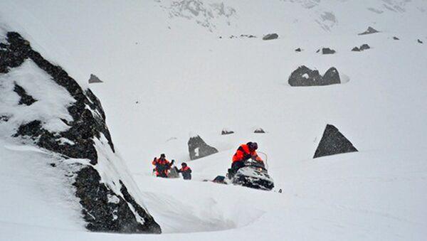 Le ricerche sul luogo della valanga sui monti Khibiny, nel nord della Russia. - Sputnik Italia