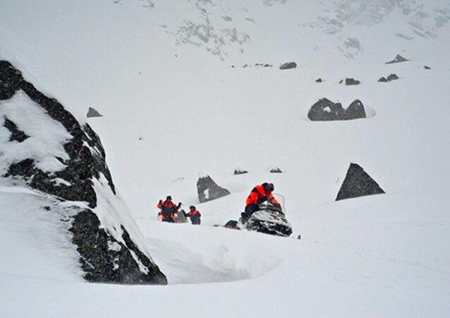 Le ricerche sul luogo della valanga sui monti Khibiny, nel nord della Russia.
