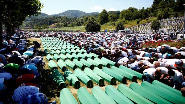 Muslim men pray in front of coffins during mass funeral in Potocari near Srebrenica, Bosnia and Herzegovina July 11, 2016 - Sputnik Italia