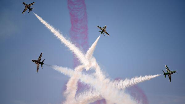 Выступление пилотажной группы Hawks ВВС Саудовской Аравии на авиашоу в честь 50-летия Авиационной академии имени короля Фейсала в Эр-Рияде - Sputnik Italia