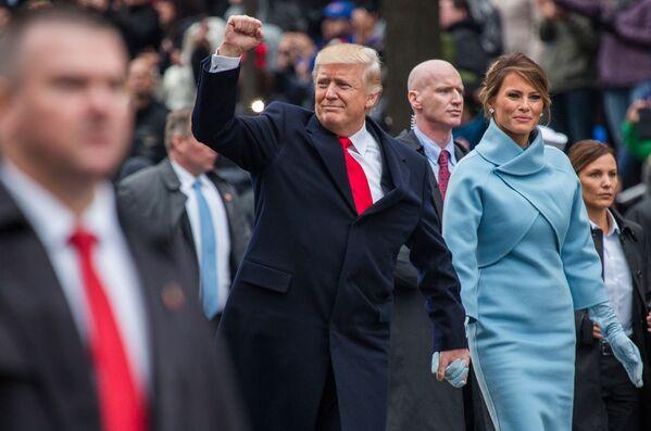 Il presidente americano Donald Trump e sua moglie Melania durante le celebrazioni dell'insediamento a Washington. - Sputnik Italia