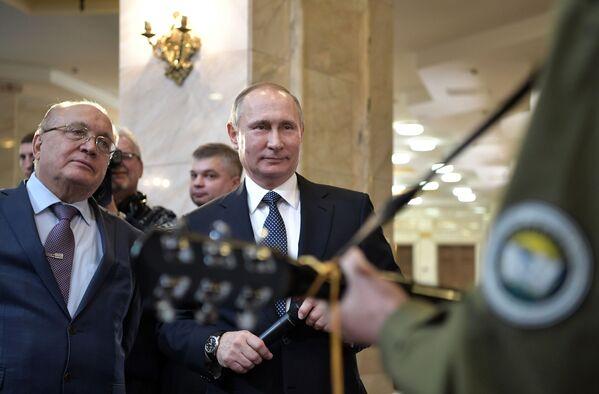 Il rettore dell'Università statale di Mosca, Viktor Sadovnichy e il presidente russo Vladimir Putin durante un incontro con gli studenti. - Sputnik Italia