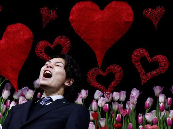 Un uomo grida dichiarazioni d'amore alla sua fidanzata da un palcoscenico in un giardino pubblico a Tokyo. - Sputnik Italia