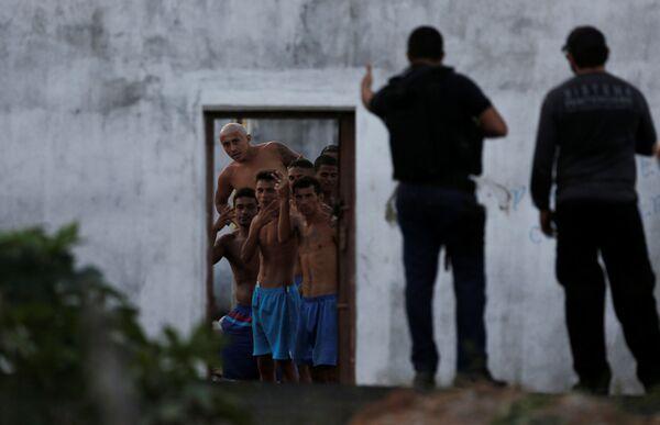 Prisonieri e poliziotti durante una rivolta nella prigione brasiliana di Alcacuz. - Sputnik Italia