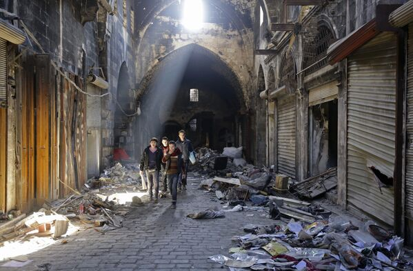 Bambini in vie della città vecchia di Aleppo, Siria. - Sputnik Italia