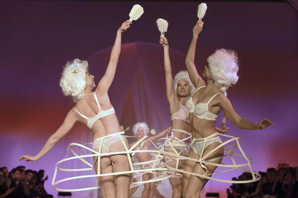 Modelle durante la sfilata della biancheria intima francese Lingerie, Mon Amour a Parigi. - Sputnik Italia