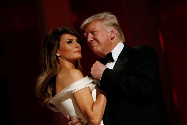 Il presidente degli USA Donald Trump e la first lady Melania Trump si lanciano nel primo ballo presidenziale al Liberty Ball, il 20 gennaio, 2017. - Sputnik Italia