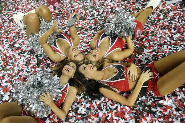Le cheerleader durante una partita di calcio in USA. - Sputnik Italia