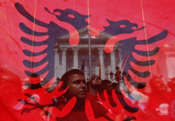Un manifestante a Sofia, sullo sfondo una bandiera albanese. - Sputnik Italia