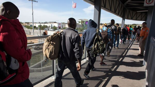Haitian migrants seeking asylum in the United States, queue at El Chaparral border crossing in the hope of getting an appointment with US migration authorities, in the Mexican border city of Tijuana, in Baja California, on October 7, 2016 - Sputnik Italia