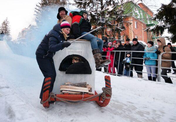 A tutta sul ghiaccio con le slitte fai da te - Sputnik Italia