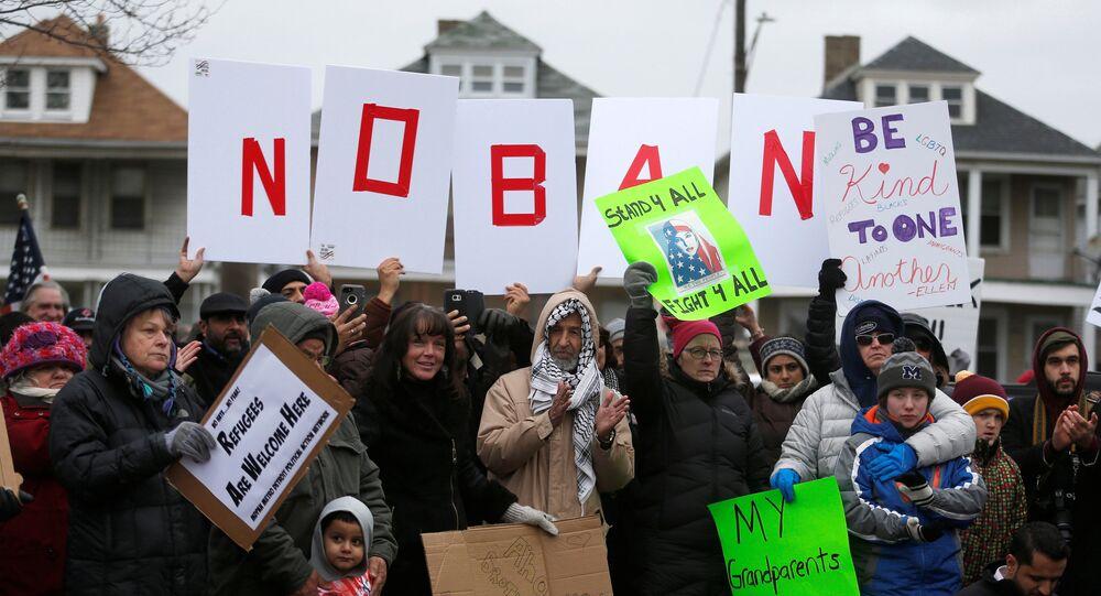 Manifestazione contro il decreto migratorio di Trump in Michigan