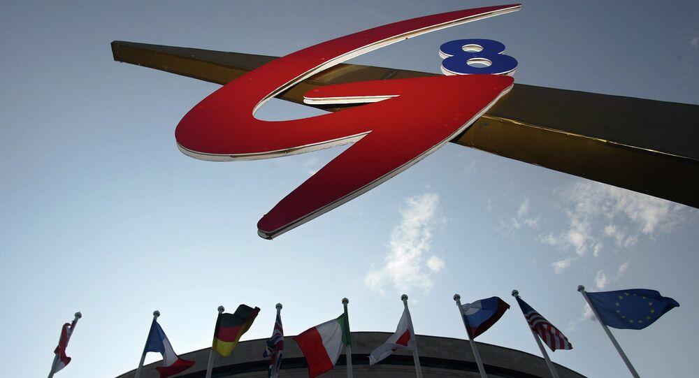 Bandiere dei paesi del G8  e la bandiera dell'Unione Europea vicino al logo del vertice G8 a San Pietroburgo, 2006.