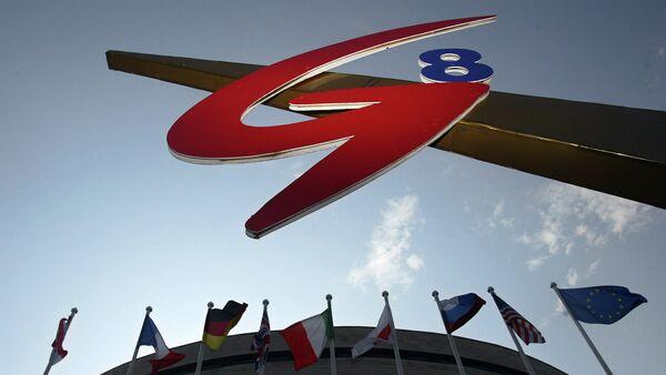 Bandiere dei paesi del G8  e la bandiera dell'Unione Europea vicino al logo del vertice G8 a San Pietroburgo, 2006. - Sputnik Italia