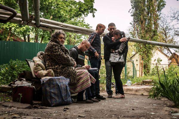 Gli abitanti di un edificio distrutto nei bombardamenti a Donetsk. - Sputnik Italia