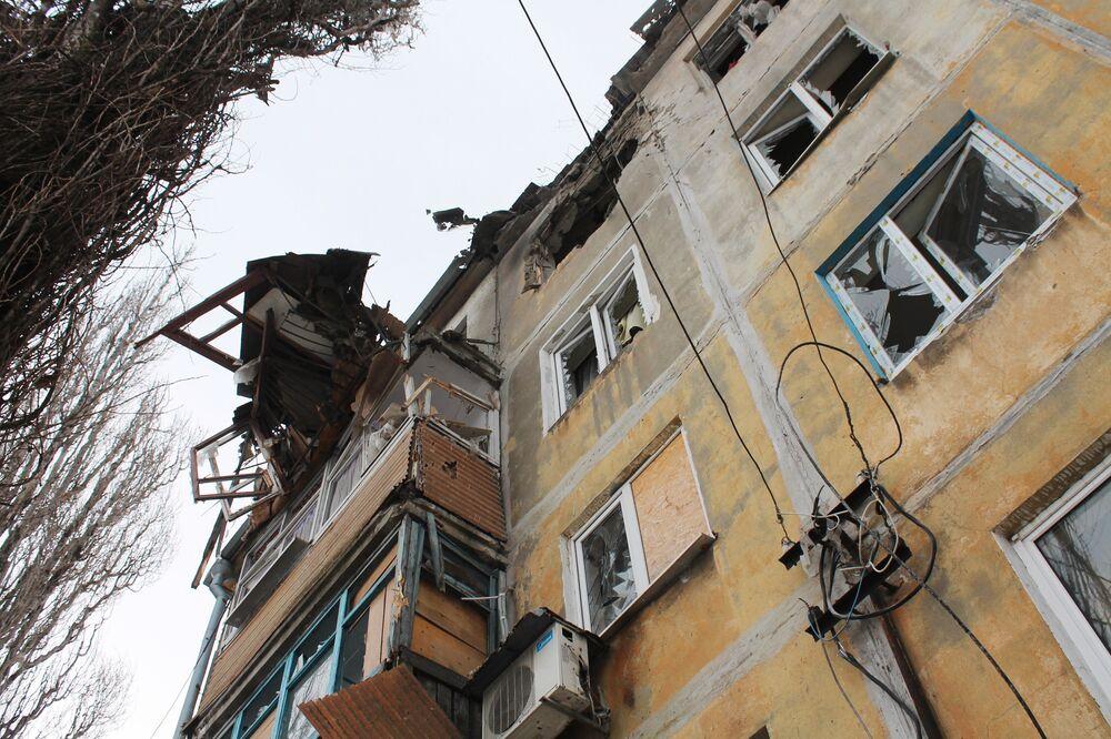 Un edificio distrutto nei bombardamenti da parte dei soldati ucraini a Donetsk.