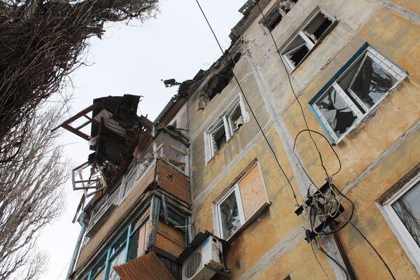 Un edificio distrutto nei bombardamenti da parte dei soldati ucraini a Donetsk. - Sputnik Italia
