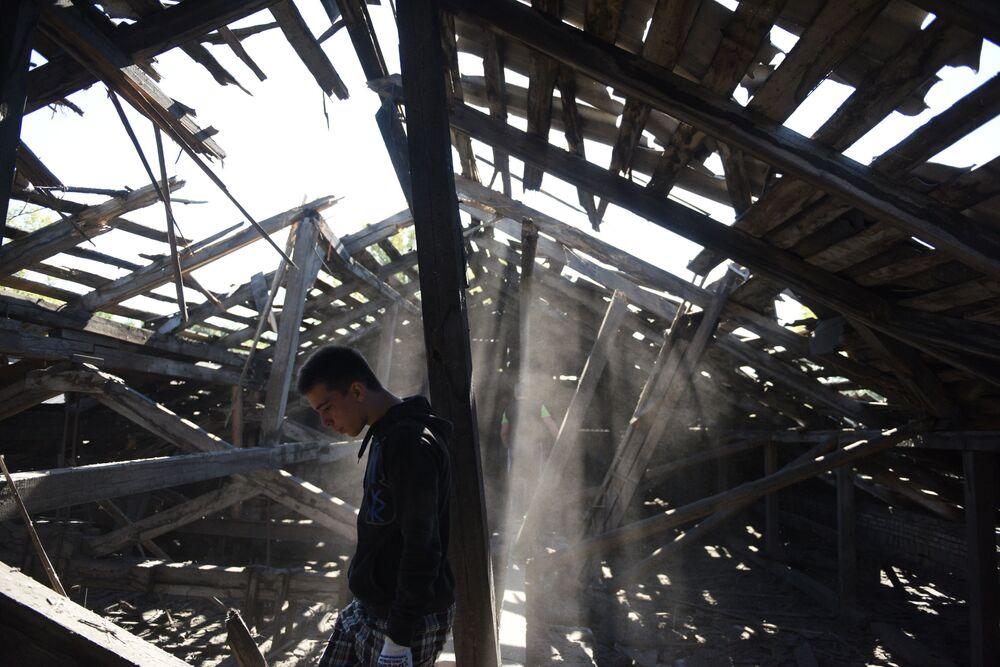 Un tetto di una scuola media distrutta durante un bombordamento notturno a Makeevka dall'artiglieria delle forze armate ucraine.