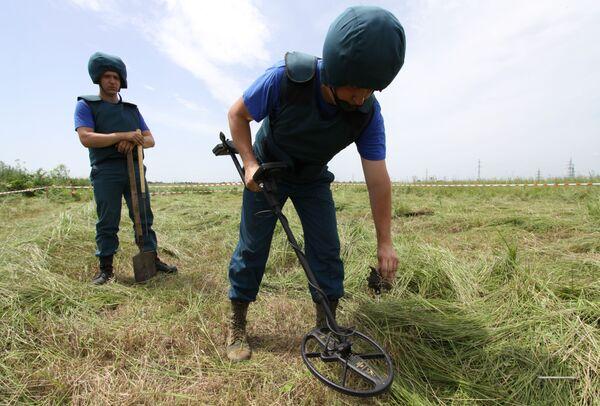 Genieri del Ministero delle Emergenze della DNR esaminano un campo nella regione della città di Debaltsevo. - Sputnik Italia