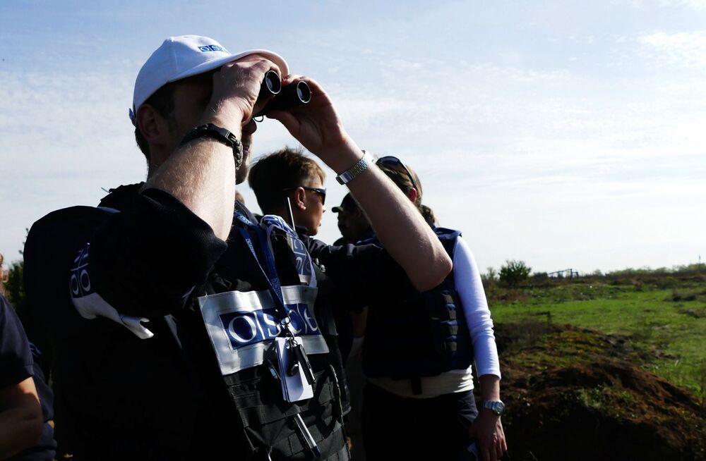 Gli osservatori dell'OSCE nel vilaggio di Petrovskoye durante il ritiro dei miliziani della DNR.