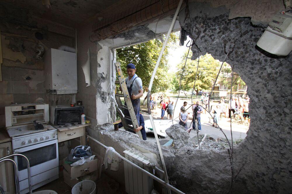 Un appartamento distrutto da un bombardamento da parte dei soldati di Kiev a Yasinovataya in Donbass.