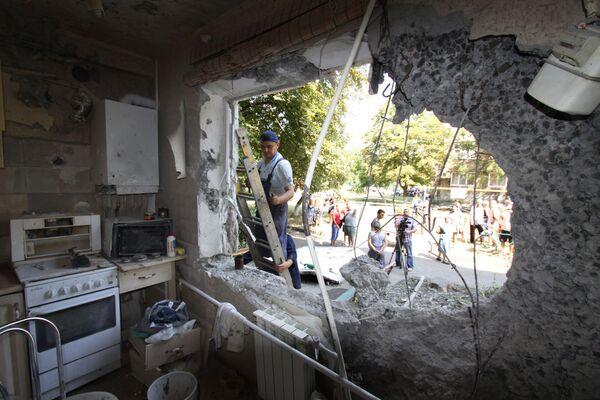 Un appartamento distrutto da un bombardamento da parte dei soldati di Kiev a Yasinovataya in Donbass. - Sputnik Italia