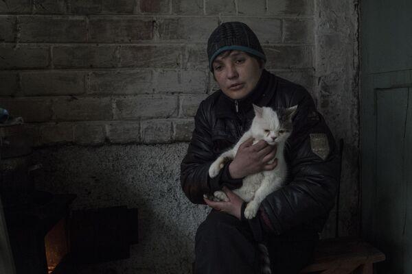 Una donna nel portone di un edificio presidenziale nel quartiere Kievsky di Donetsk. - Sputnik Italia