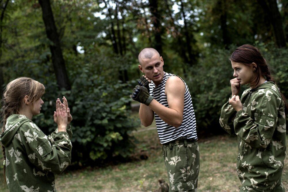 Giovani membi di un club patriotico Dobrovolets (Volontario) a Lugansk.