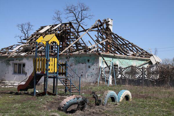 Casette distrutte nel vilaggio di Spartak della regione di Donetsk. - Sputnik Italia