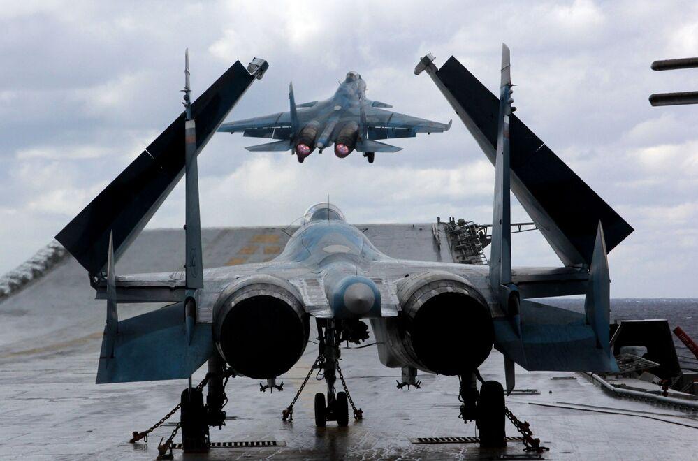 I caccia Su-33 e MiG-29K sulla portaerei Ammiraglio Kusnetsov nel Mediterraneo.