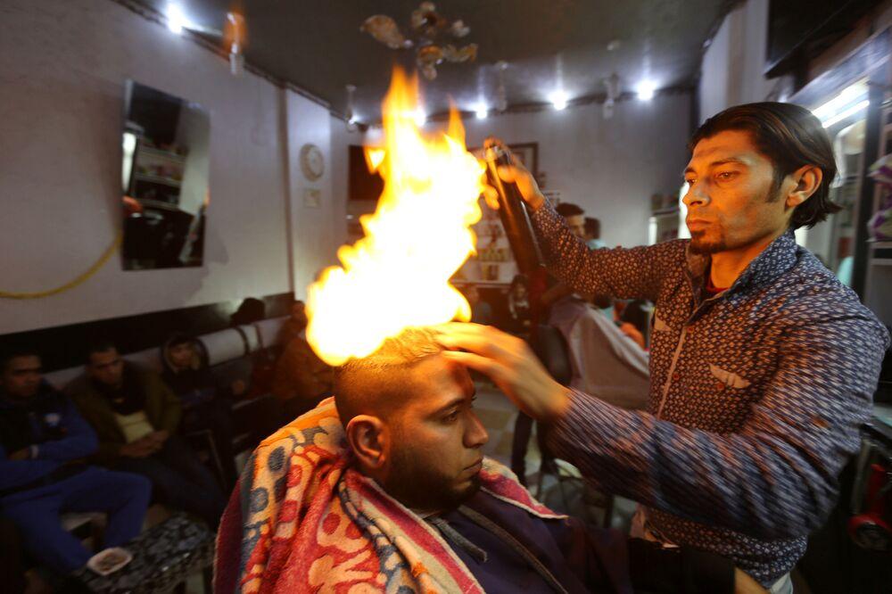 Da un parrucchiere nella città di Rafah in Gaza.